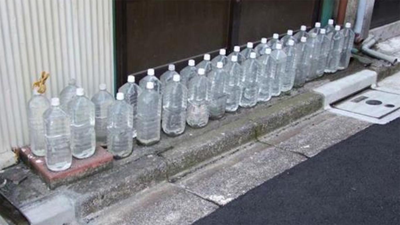 Menaruh air di botol