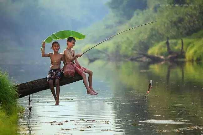 mancing ikan di danau